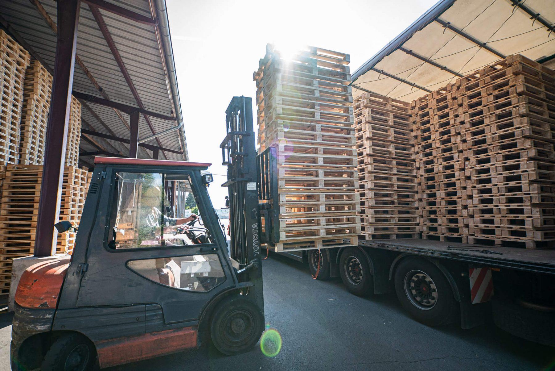 Beladen des LKWs für den Transport